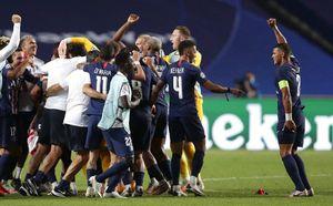 """Champions League: Neymar y demás jugadores del PSG bailaron """"la tusa"""" por su pase a la final"""