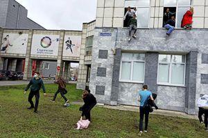 Vídeo impressionante mostra estudantes pulando de janelas para fugir de atirador