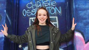 Amybeth McNulty, atriz de Anne With an E, se diverte com amigas em show de cantora inglesa