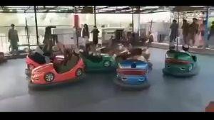 VIDEO: Talibanes armados juegan en un parque de diversiones