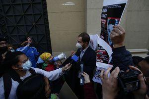 Golpes de manos y patadas: constituyente Ruggero Cozzi fue agredido por manifestantes fuera del exCongreso