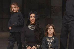 Kim Kardashian demuestra que es la tía más divertida en esta foto junto al hijo menor de Kourtney Kardashian