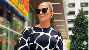 Jennifer Lopez presumió su tonificada figura en un traje de baño animal print marca Guess