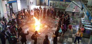 Encapuchadas destrozan instalaciones del Metro Chabacano