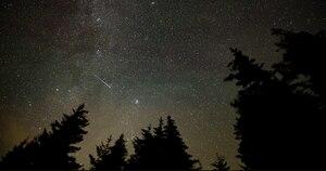 Imagem impressionante capta momento em que meteoro cruza o céu em alta velocidade durante fenômeno 'Perseida'