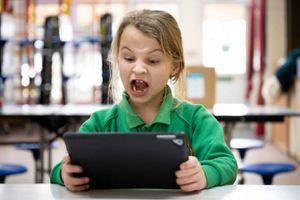 El uso excesivo de dispositivos implica problemas de comportamiento en niños
