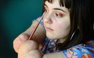 Admirable joven con brazos amputados se hace viral por sus tutoriales de cómo maquillarnos