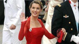 Reina Letizia es pura elegancia y estilo en un leggings de cuero con top negro y gabardina fucsia