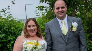 Noiva tropeça no vestido e quebra o pé após tomar 'alguns drinks' em seu casamento