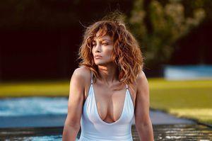 Jennifer Lopez enamora en una blusa blanca de tirantes y pantalón a cuadros