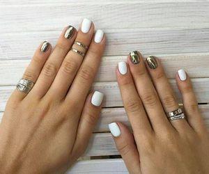 Manicura espejo para lucir uñas cortas y elegantes