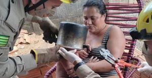Bombeiros salvam menino de 2 anos que ficou com cabeça presa em panela de pressão, em Goiás