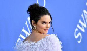 Kendall Jenner muestra el bikini amarillo floral perfecto para las morenas