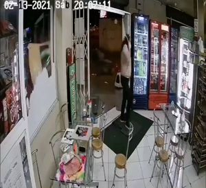 Imbabura: Auto se estrella contra un local comercial y mujer se salva de milagro