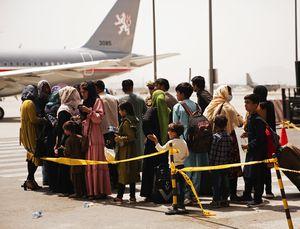 Infierno en el aeropuerto de Kabul: mujeres, niños y familias enteras luchan por salir de Afganistán