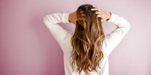 Estos son los riesgos y posibles beneficios de lavarse el cabello con bicarbonato