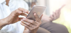 Tinder post 50: la aplicación de citas que la rompe entre los más adultos