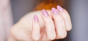 Diseño de uñas glitter que puedes hacer en casa en pocos minutos