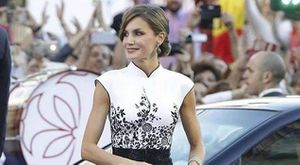 La reina Letizia impactó en una sesión de fotos con vestido fucsia de cuento de hadas