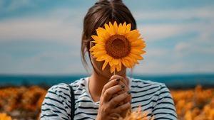 Las mujeres que aman los girasoles irradian una luz especial que hace feliz a todos
