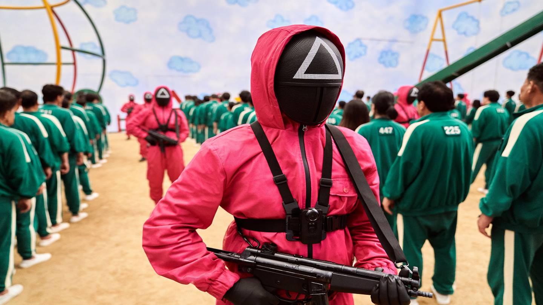 Los guardias que custodian a los participantes en El juego del calamar tienen trajes parecidos a los de los personajes de La Casa de Papel.