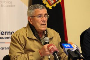 "Fausto Cobo anuncia que se analiza liberar a detenidos considerados  ""no peligrosos"" para acabar con hacinamiento"
