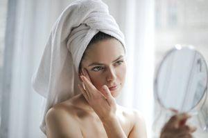 ¿Cómo evitar los brotes de acné por el uso de cubrebocas?