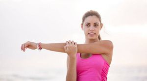 3 rutinas de ejercicios para los brazos en casa usando botellas de agua como mancuernas