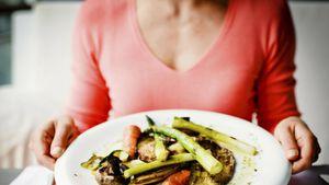 Por qué consumimos más comida durante la cuarentena y cómo controlarlo