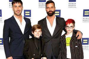 Ricky Martin muestra a todos sus hijos juntos por primera vez en una tierna foto familiar en casa
