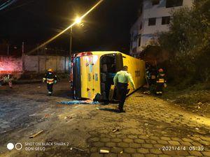 Quito: Un bus escolar se volcó en San Bartolo y dejó tres fallecidos
