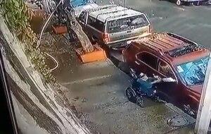 En silla de ruedas, hombre es captado robando autopartes en la Ciudad de México