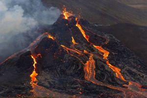 El espectacular vuelo de un dron sobre un volcán en erupción