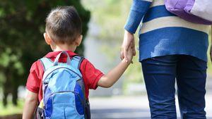 Mãe se irrita com comentário maldoso após trabalhar 12 horas e ir deixar filho na escola; 'Ela fede'