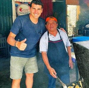 Iker Casillas se luce con empleados de taquería mexicana