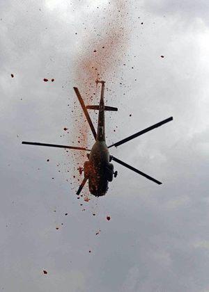 Helicóptero lanza pétalos para agradecer labor de la Policía durante la pandemia