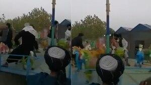 Talibanes disfrutan de los juegos de un parque de diversiones en Kabul
