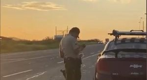 """Policía Nacional sobre video de mujer en la vía Guayaquil – Salinas: """"Infringía la Ley de Tránsito"""""""