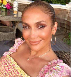 Jennifer Lopez con shorts comprueba que a los 50 años las mujeres se ven más bellas que nunca