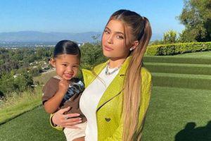 Kylie Jenner posa desde la intimidad de su hogar con su hija Stormi y muestra su mejor faceta como mamá