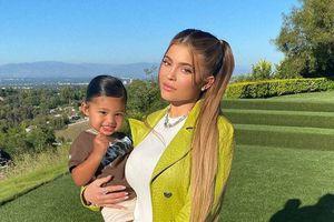Kylie Jenner muestra fotos comparativas de ella cuando niña y su hija Storni ¡No podrás creer el parecido!