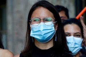 Irací Hassler defiende autorizar y regular el comercio ambulante en Santiago