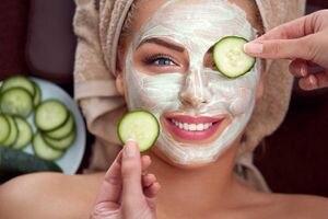 Mascarilla con pepino y miel para iluminar la piel del rostro