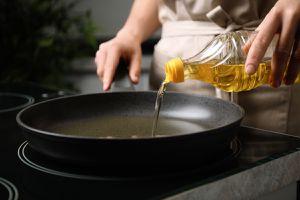 Aqui está o truque rápido para descobrir se o óleo está na temperatura ideal para suas frituras