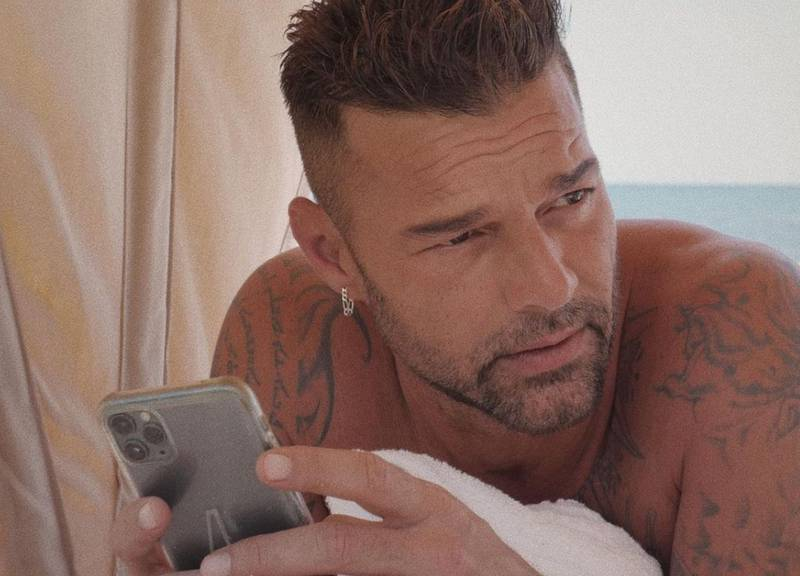 Ricky Martin revela su rutina de skincare para lucir joven a sus 49 años