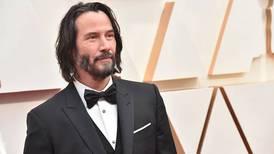 Keanu Reeves carga equipo de filmación y da lecciones de humildad