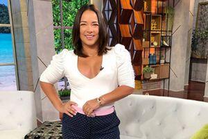 Adamari Lopez en mini vestido tie dye y tenis prueba que la comodidad y el estilo no están peleados