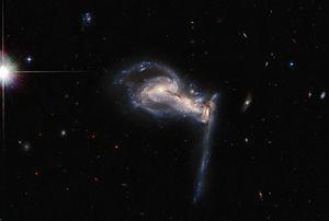 """Telescopio Espacial Hubble capta una impresionante """"batalla"""" gravitacional entre tres galaxias lejanas"""
