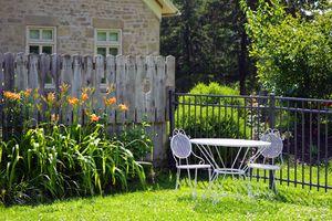 Mulher fica espantada ao descobrir que o jardim de sua casa é utilizado pelos vizinhos
