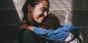 Criar a tu hijo sola no te hace mala mamá